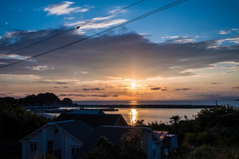 潮美荘から見える夕陽(サンセット) 猫島で有名な「田代島」と潮美荘がある「網地島」を巡る離島の旅