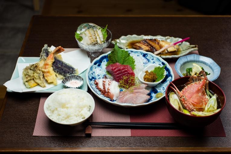 潮美荘の夕食 猫島で有名な「田代島」と潮美荘がある「網地島」を巡る離島の旅